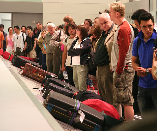 baggage-claim-crowd2